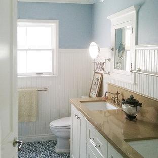 Foto de cuarto de baño costero, de tamaño medio, con lavabo bajoencimera, armarios estilo shaker, puertas de armario blancas, baldosas y/o azulejos azules, sanitario de una pieza, paredes azules, suelo azul, suelo de baldosas de cerámica, encimera de cuarzo compacto y encimeras marrones