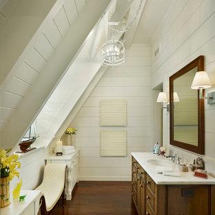 Ejemplo de cuarto de baño marinero con armarios tipo mueble, puertas de armario de madera oscura, paredes blancas, lavabo bajoencimera, suelo marrón y suelo de madera oscura