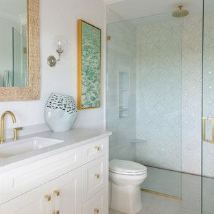 Idéer för att renovera ett maritimt vit vitt badrum, med skåp i shakerstil, vita skåp, en dusch i en alkov, vit kakel, vita väggar, ett undermonterad handfat, grått golv och dusch med gångjärnsdörr