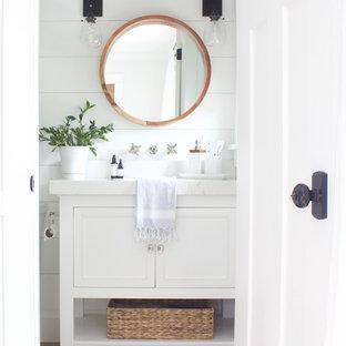 Idee per una piccola stanza da bagno padronale costiera con ante in stile shaker, ante bianche, doccia alcova, WC monopezzo, pareti bianche, pavimento con piastrelle in ceramica, top in quarzo composito, pavimento marrone e doccia con tenda