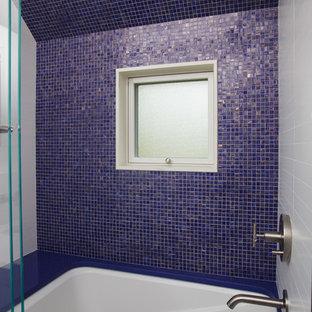 Foto de cuarto de baño marinero con bañera encastrada sin remate, combinación de ducha y bañera y baldosas y/o azulejos en mosaico