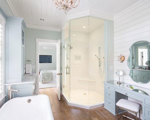 salle de bain avec un sol en bois fonc et un mur vert photos et id es d co de salles de bain. Black Bedroom Furniture Sets. Home Design Ideas