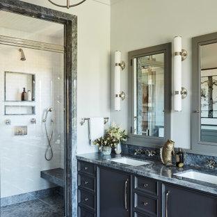 Foto di una stanza da bagno padronale stile marino con ante grigie, piastrelle bianche, pareti bianche, pavimento in legno massello medio, lavabo sottopiano, pavimento marrone, porta doccia a battente, top grigio, panca da doccia, un lavabo e mobile bagno incassato