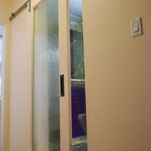 Idee per una piccola stanza da bagno padronale stile marino con ante in stile shaker, ante in legno chiaro, doccia doppia, WC sospeso, piastrelle beige, piastrelle di marmo, pareti beige, pavimento in marmo, lavabo sottopiano, top in quarzo composito, pavimento beige e porta doccia a battente