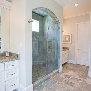 Ejemplo de cuarto de baño tradicional con encimera de granito y baldosas y/o azulejos de pizarra