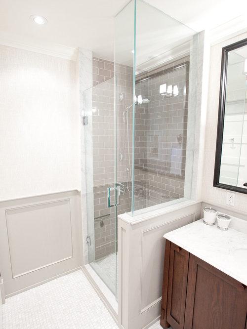 Salle de bain avec un sol en carrelage de terre cuite et for Taille moyenne salle de bain