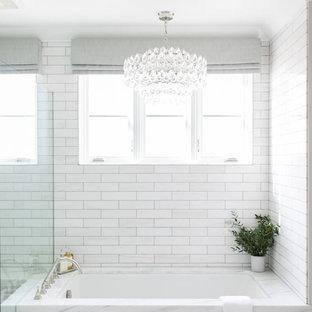 Идея дизайна: главная ванная комната среднего размера в стиле современная классика с фасадами в стиле шейкер, серыми фасадами, полновстраиваемой ванной, душем в нише, раздельным унитазом, белой плиткой, керамогранитной плиткой, серыми стенами, полом из керамогранита, врезной раковиной, столешницей из талькохлорита, белым полом и душем с распашными дверями