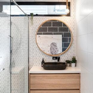 Foto di una piccola stanza da bagno per bambini costiera con ante in legno chiaro, doccia ad angolo, piastrelle bianche, piastrelle a mosaico, pareti bianche, pavimento in gres porcellanato, lavabo a bacinella, top in quarzo composito, pavimento grigio, top bianco e ante lisce
