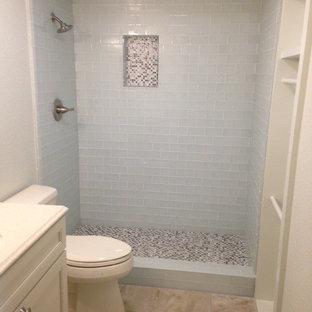 Modelo de cuarto de baño con ducha, exótico, pequeño, con armarios con paneles empotrados, puertas de armario blancas, encimera de cuarzo compacto, baldosas y/o azulejos blancos, baldosas y/o azulejos de vidrio, ducha doble, sanitario de una pieza, lavabo bajoencimera, paredes beige y suelo de baldosas de porcelana