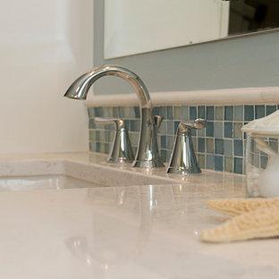 Exempel på ett litet maritimt badrum med dusch, med skåp i shakerstil, vita skåp, en dusch i en alkov, en toalettstol med hel cisternkåpa, blå kakel, tunnelbanekakel, blå väggar, klinkergolv i terrakotta, ett undermonterad handfat och laminatbänkskiva