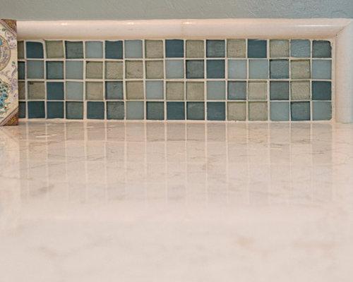 Salle d 39 eau avec un sol en carreau de terre cuite et un for Carreau bleu mur salle de bain marseille