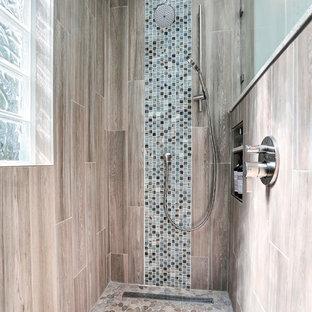 Удачное сочетание для дизайна помещения: большая главная ванная комната в морском стиле с фасадами в стиле шейкер, белыми фасадами, полновстраиваемой ванной, душем без бортиков, коричневой плиткой, керамогранитной плиткой, синими стенами, полом из керамогранита, врезной раковиной, столешницей терраццо, коричневым полом, душем с распашными дверями и белой столешницей - самое интересное для вас