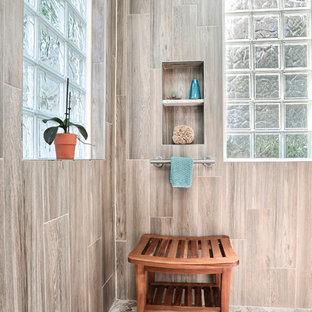 Großes Maritimes Badezimmer En Suite mit Schrankfronten im Shaker-Stil, weißen Schränken, Unterbauwanne, bodengleicher Dusche, braunen Fliesen, Porzellanfliesen, blauer Wandfarbe, Porzellan-Bodenfliesen, Unterbauwaschbecken, Terrazzo-Waschbecken/Waschtisch, braunem Boden, Falttür-Duschabtrennung und weißer Waschtischplatte in San Francisco