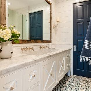 Esempio di una stanza da bagno con doccia country con ante con riquadro incassato, ante bianche, pareti bianche, pavimento in cementine, lavabo rettangolare, top in marmo, pavimento blu e top grigio