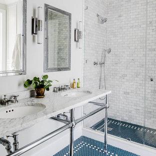 Foto di una stanza da bagno con doccia tradizionale con pavimento con piastrelle a mosaico, top in marmo, pavimento blu, piastrelle grigie, piastrelle di marmo, pareti grigie, lavabo a consolle e top grigio