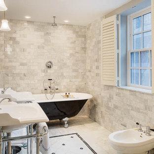 Idéer för att renovera ett mellanstort vintage en-suite badrum, med ett badkar med tassar, en bidé, grå kakel, vit kakel, marmorkakel, vita väggar, marmorgolv och ett väggmonterat handfat