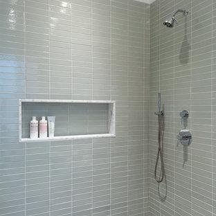 Пример оригинального дизайна: ванная комната в стиле лофт с отдельно стоящей ванной, угловым душем, зеленой плиткой, керамической плиткой, белыми стенами, бетонным полом и серым полом