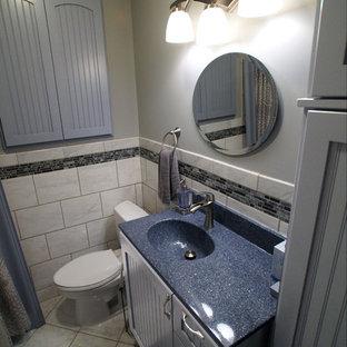 Idee per una piccola stanza da bagno per bambini country con lavabo integrato, ante con riquadro incassato, ante grigie, top in onice, pistrelle in bianco e nero e pavimento con piastrelle in ceramica