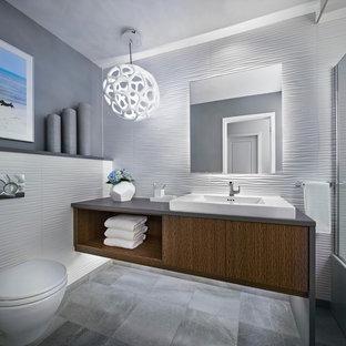 Exempel på ett litet modernt grå grått badrum med dusch, med släta luckor, bruna skåp, ett badkar i en alkov, en dusch i en alkov, en vägghängd toalettstol, vit kakel, vita väggar, marmorgolv, ett fristående handfat, bänkskiva i betong, grått golv, dusch med gångjärnsdörr och porslinskakel