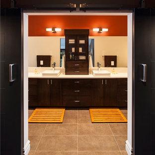 Idée de décoration pour une grand salle de bain principale asiatique avec une vasque, un placard à porte plane, des portes de placard en bois sombre, un plan de toilette en surface solide, une baignoire indépendante, une douche double, un WC séparé, un carrelage beige, des carreaux de céramique, un mur rouge et un sol en carrelage de céramique.