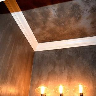 Modelo de cuarto de baño romántico con sanitario de una pieza, baldosas y/o azulejos blancas y negros, paredes marrones y lavabo con pedestal