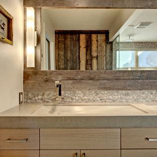 Foto di una grande stanza da bagno padronale country con ante lisce, doccia a filo pavimento, piastrelle grigie, pavimento in cementine, top in cemento, pavimento grigio, doccia aperta e top grigio