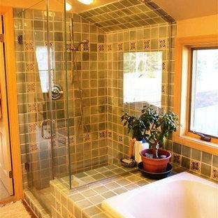 ニューヨークの大きいエクレクティックスタイルのおしゃれなマスターバスルーム (フラットパネル扉のキャビネット、白いキャビネット、ドロップイン型浴槽、オープン型シャワー、一体型トイレ、グレーのタイル、セラミックタイル、テラコッタタイルの床、オーバーカウンターシンク、御影石の洗面台、黄色い壁) の写真