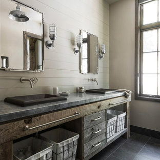 Ejemplo de cuarto de baño con ducha, rústico, de tamaño medio, con armarios con paneles lisos, puertas de armario con efecto envejecido, paredes blancas, suelo de baldosas de cerámica, lavabo encastrado, encimera de cemento y suelo gris