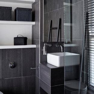 Foto di una piccola stanza da bagno padronale minimal con nessun'anta, ante in legno bruno, doccia aperta, WC monopezzo, piastrelle nere, piastrelle in ceramica, pareti bianche e pavimento con piastrelle in ceramica