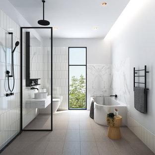 Modernes Badezimmer mit Eckbadewanne, Nasszelle, Wandtoilette, weißen Fliesen, weißer Wandfarbe, Terrakottaboden, grauem Boden, offener Dusche und weißer Waschtischplatte in Melbourne