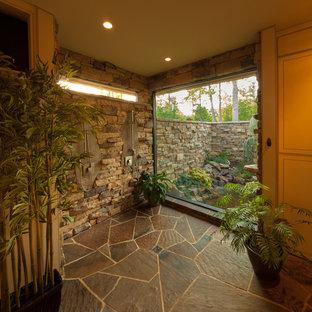 Diseño de cuarto de baño principal, asiático, grande, con suelo de pizarra y ducha abierta
