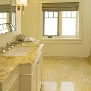 Idee per un'ampia stanza da bagno tradizionale con lavabo sottopiano, ante con riquadro incassato, ante bianche, top in onice, doccia ad angolo, WC monopezzo, piastrelle multicolore, piastrelle in pietra, pareti bianche e pavimento in marmo