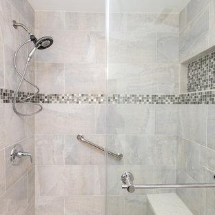 Klassisk inredning av ett mellanstort badrum med dusch, med skåp i shakerstil, vita skåp, en dusch i en alkov, en toalettstol med separat cisternkåpa, grå kakel, vit kakel, porslinskakel, vita väggar, travertin golv, ett undermonterad handfat och bänkskiva i kvartsit