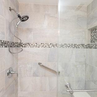 Foto di una stanza da bagno con doccia classica di medie dimensioni con ante in stile shaker, ante bianche, doccia alcova, WC a due pezzi, piastrelle grigie, piastrelle bianche, piastrelle in gres porcellanato, pareti bianche, pavimento in travertino, lavabo sottopiano e top in quarzite