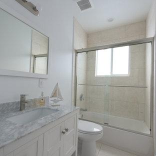 Exempel på ett mellanstort maritimt badrum med dusch, med skåp i shakerstil, vita skåp, ett badkar i en alkov, en dusch/badkar-kombination, en toalettstol med separat cisternkåpa, vita väggar, klinkergolv i keramik, ett undermonterad handfat och bänkskiva i täljsten