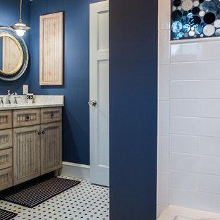 Foto de cuarto de baño clásico, de tamaño medio, con lavabo bajoencimera, armarios con rebordes decorativos, puertas de armario con efecto envejecido, encimera de cuarzo compacto, bañera encastrada, baldosas y/o azulejos blancas y negros y paredes marrones