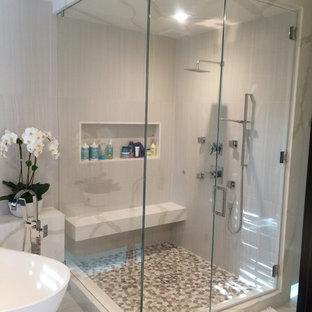 ロサンゼルスの広いトランジショナルスタイルのおしゃれなマスターバスルーム (コーナー設置型シャワー、マルチカラーのタイル、石タイル、グレーの壁、クッションフロア、ベッセル式洗面器、置き型浴槽) の写真