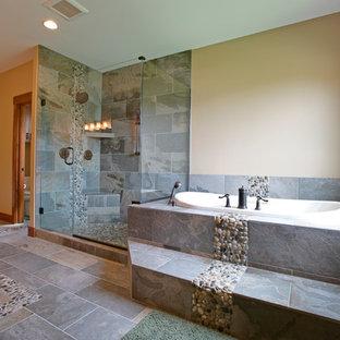 Esempio di una grande stanza da bagno per bambini rustica con lavabo sottopiano, ante in stile shaker, ante in legno scuro, top in granito, vasca da incasso, doccia doppia, WC monopezzo, piastrelle multicolore, piastrelle di ciottoli e pareti beige
