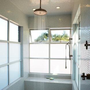 Immagine di un'ampia stanza da bagno con doccia industriale con doccia alcova, piastrelle multicolore, piastrelle bianche e piastrelle a mosaico