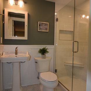 Kleines Klassisches Duschbad mit Duschnische, Toilette mit Aufsatzspülkasten, weißen Fliesen, Metrofliesen, grüner Wandfarbe, Keramikboden, Sockelwaschbecken, weißem Boden, Falttür-Duschabtrennung, Duschbank, Einzelwaschbecken und vertäfelten Wänden in Sonstige