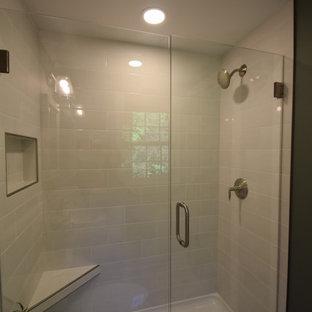 他の地域の小さいトラディショナルスタイルのおしゃれなバスルーム (浴槽なし) (アルコーブ型シャワー、一体型トイレ、白いタイル、サブウェイタイル、緑の壁、セラミックタイルの床、ペデスタルシンク、白い床、開き戸のシャワー、シャワーベンチ、洗面台1つ、羽目板の壁) の写真