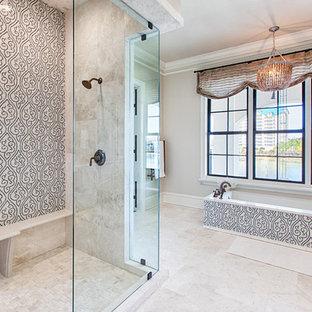 Inspiration pour une grand salle de bain principale craftsman avec un placard avec porte à panneau surélevé, des portes de placard grises, une baignoire encastrée, une douche d'angle, un carrelage beige, carrelage en mosaïque, un mur blanc, un sol en carrelage de porcelaine, un lavabo encastré et un plan de toilette en quartz modifié.
