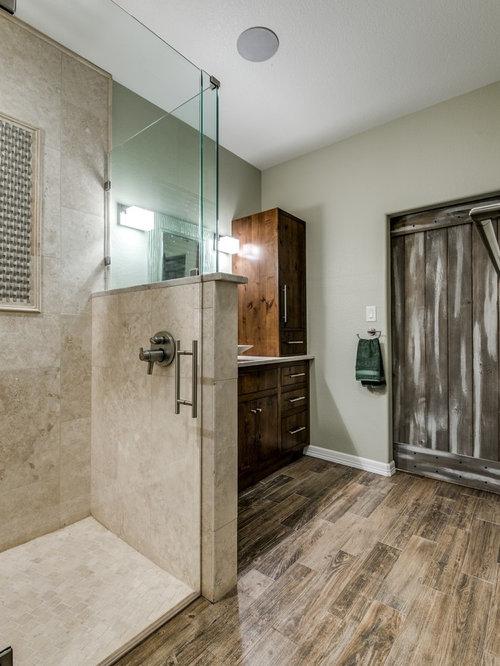 Stanza da bagno con pavimento in legno massello medio e - Piastrelle in travertino ...