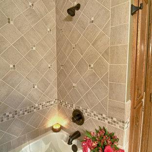 Ispirazione per una stanza da bagno minimalista con ante in legno scuro, top piastrellato, piastrelle multicolore, lastra di vetro, vasca da incasso, vasca/doccia, lavabo a bacinella, pareti verdi e pavimento con piastrelle in ceramica