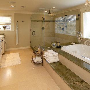 Foto di un'ampia stanza da bagno padronale stile americano con consolle stile comò, vasca idromassaggio, top multicolore e pavimento in marmo