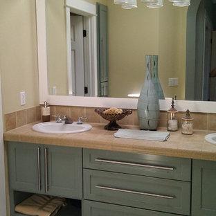 Idee per una stanza da bagno stile americano di medie dimensioni con consolle stile comò e ante verdi