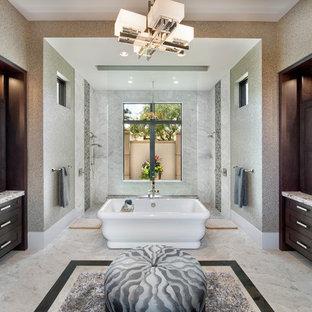 Diseño de cuarto de baño principal, actual, grande, con armarios estilo shaker, puertas de armario de madera en tonos medios, bañera exenta, paredes multicolor, lavabo bajoencimera, encimera de granito, ducha doble y ducha abierta