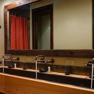 Создайте стильный интерьер: большая ванная комната в стиле современная классика с накладной раковиной, плоскими фасадами, светлыми деревянными фасадами, столешницей из дерева, накладной ванной, душем над ванной, коричневой плиткой, металлической плиткой, бежевыми стенами и душевой кабиной - последний тренд