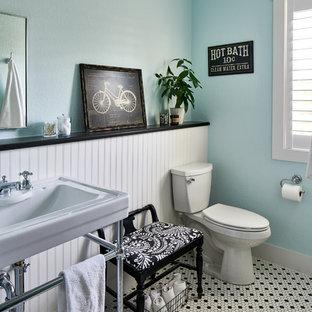 Inspiration för ett lantligt badrum, med en toalettstol med separat cisternkåpa, blå väggar, ett konsol handfat och flerfärgat golv