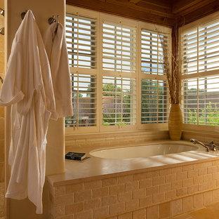 Diseño de cuarto de baño principal, de estilo americano, grande, con bañera empotrada, ducha esquinera, baldosas y/o azulejos beige, losas de piedra, paredes blancas, suelo de baldosas de cerámica, suelo beige y ducha con puerta con bisagras